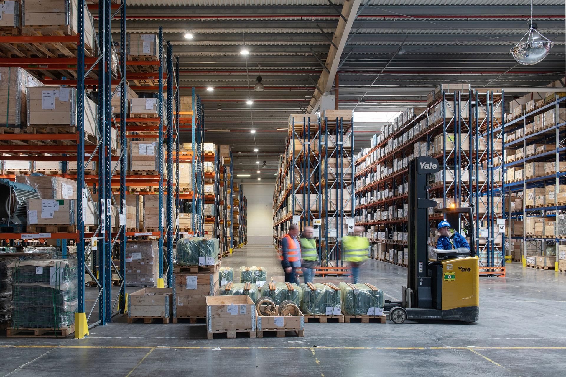 INDU BAY luminaire ensures excellent visibility so workers can easily identify parcels in the warehouse