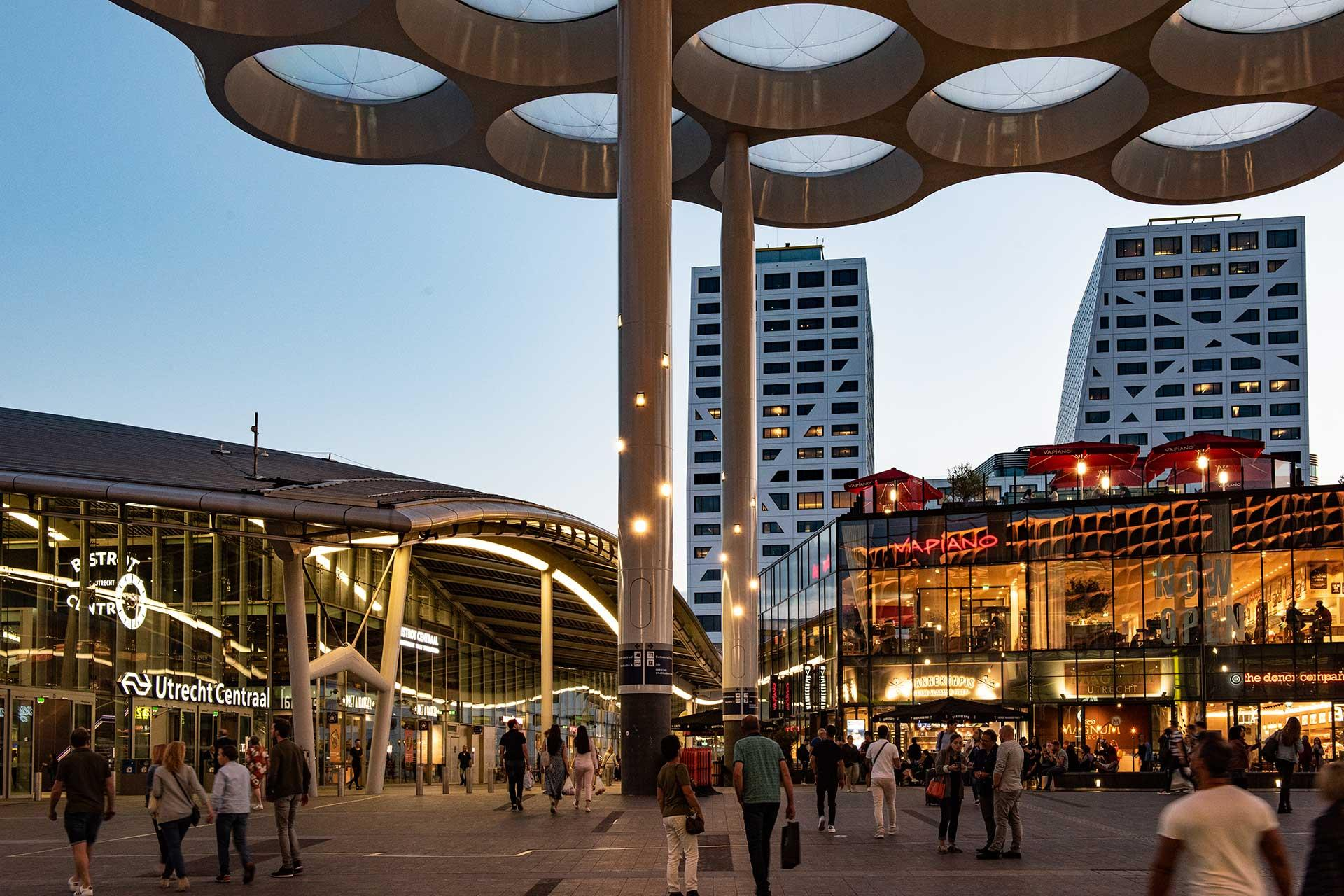 Custom lighting solution enhances eye-catching canopy of Stationsplein